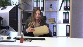 Ο θηλυκός διευθυντής, γραμματέας, ανοίγει και διαβάζει το ταχυδρομείο, επιστολή φιλμ μικρού μήκους