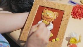 Ο θηλυκός καλλιτέχνης καθαρίζει τη χειροποίητη ζωγραφική πριν από τη διαδικασία βερνικιών απόθεμα βίντεο
