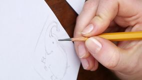 Ο θηλυκός καλλιτέχνης σύρει ένα σκίτσο μολυβιών στο στούντιο τέχνης απόθεμα βίντεο