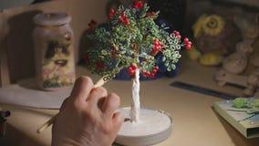 Ο θηλυκός καλλιτέχνης χρωματίζει το χειροποίητο δέντρο καλωδίων πριν από τη διαδικασία βερνικιών απόθεμα βίντεο