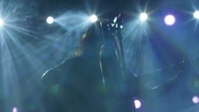 Ο θηλυκός λαϊκός τραγουδιστής με την ακουστική κιθάρα αποδίδει στο στ απόθεμα βίντεο