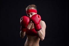 ο θηλυκός μαχητής φορά γάντια στο κόκκινο Στοκ Εικόνα