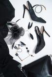 Ο θηλυκός Μαύρος εξαρτημάτων συλλογής εξαρτήσεων κομμάτων αποκριών στο άσπρο υπόβαθρο, παπούτσια, ύφασμα, κόσμημα, τσάντα, καπέλο στοκ φωτογραφίες