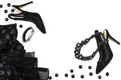Ο θηλυκός Μαύρος συλλογής εξαρτημάτων εξαρτήσεων κομμάτων αποκριών στο άσπρο υπόβαθρο, παπούτσια, ύφασμα με τα κρανία, κόσμημα μα στοκ εικόνες