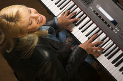 ο θηλυκός μουσικός εκτ& Στοκ Φωτογραφία