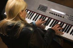 ο θηλυκός μουσικός εκτ& στοκ εικόνα με δικαίωμα ελεύθερης χρήσης