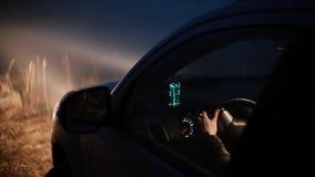 Ο θηλυκός οδηγός τόνισε σε ένα μακρύ ταξίδι αυτοκινήτων Η γυναίκα έχασε και κούρασε, απεικονίζοντας σε έναν δευτερεύοντα καθρέφτη απόθεμα βίντεο