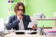 Ο θηλυκός οικονομικός διευθυντής που εργάζεται στο γραφείο στοκ εικόνες