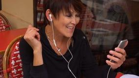 Ο θηλυκός ομιλητής έχει τη συνομιλία με το συνάδελφο από το σύγχρονο smartphone φιλμ μικρού μήκους
