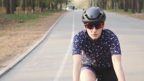 Ο θηλυκός ποδηλάτης οδηγά το ποδήλατο στο πάρκο Το μέτωπο ακολουθεί τον πυροβολισμό Έννοια ανακύκλωσης o απόθεμα βίντεο