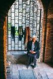 Ο θηλυκός προμηθευτής γυναικών πωλεί το πόλης φρούριο Sighnaghi souvenirin, περιοχή Kakheti, της Γεωργίας στοκ εικόνα