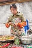 Ο θηλυκός προμηθευτής πωλεί τις τηγανίτες, που καλούνται jiang bing, στην αγορά οδών, το Πεκίνο, Κίνα Στοκ Εικόνα