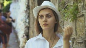Ο θηλυκός προσκυνητής καθαρίζει το πρόσωπο με ένα ιερό νερό στην Τουρκία 4K απόθεμα βίντεο