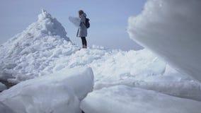 Ο θηλυκός τουρίστας στο υπόβαθρο που προσπαθεί να ελέγξει με το χάρτη, αλλά χτυπήματα ισχυρού ανέμου που καθιστούν το δύσκολο να  απόθεμα βίντεο
