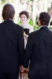 Ο θηλυκός Υπουργός παντρεύει το ομοφυλοφιλικό ζεύγος στοκ εικόνες