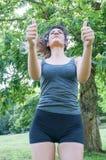 Ο θηλυκός αθλητής λέει εντάξει με τα χέρια του στοκ εικόνες