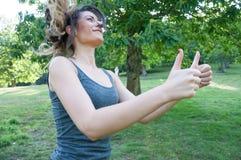 Ο θηλυκός αθλητής λέει εντάξει με τα χέρια του στοκ φωτογραφία με δικαίωμα ελεύθερης χρήσης