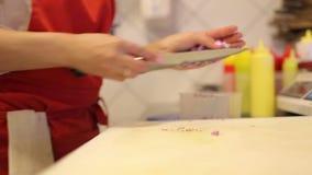 Ο θηλυκός αρχιμάγειρας χεριών έκοψε τα φρέσκα λαχανικά και τον άνηθο φιλμ μικρού μήκους