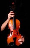 Ο θηλυκός βιολιστής κρατά διαποτισμένο το όργανο μουσικό βιολί ακουστικό στοκ φωτογραφία με δικαίωμα ελεύθερης χρήσης