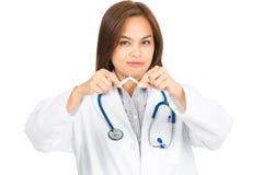 Ο θηλυκός γιατρός εγκατέλειψε το κάπνισμα που ψαρεύτηκε στη κάμερα Χ Στοκ Εικόνα