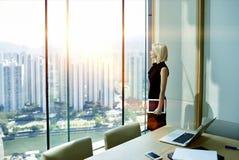 Ο θηλυκός διευθυντής σκέφτεται για το σχέδιο μελλοντικής εργασίας Στοκ φωτογραφία με δικαίωμα ελεύθερης χρήσης