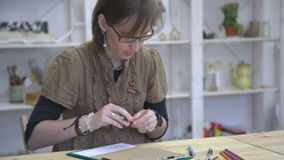 Ο θηλυκός καλλιτέχνης επισύρει την προσοχή την εικόνα ή το σκίτσο σε καφετί χαρτί απόθεμα βίντεο