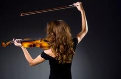 Ο θηλυκός μουσικός φορέας ενάντια στο σκοτάδι Στοκ Φωτογραφία