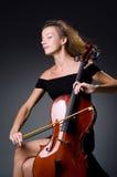 Ο θηλυκός μουσικός φορέας ενάντια στο σκοτάδι Στοκ Εικόνες