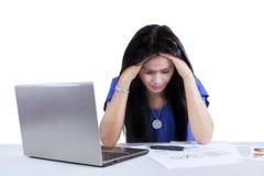 Ο θηλυκός λογιστής αισθάνεται κουρασμένος για να εργαστεί Στοκ εικόνες με δικαίωμα ελεύθερης χρήσης