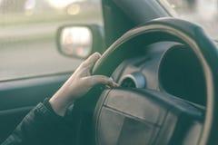 Ο θηλυκός οδηγός δίνει το griping τιμόνι Στοκ Εικόνες