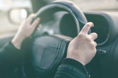 Ο θηλυκός οδηγός δίνει το griping τιμόνι Στοκ Εικόνα