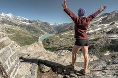 Ο θηλυκός οδοιπόρος αύξησε τον εορτασμό χεριών της επιτυχή αναρριχείται Στοκ εικόνες με δικαίωμα ελεύθερης χρήσης