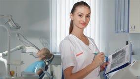 Ο θηλυκός οδοντίατρος θέτει στην οδοντική κλινική απόθεμα βίντεο