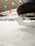 ο θηλυκός πάγος εκμετάλλευσης χεριών κινηματογραφήσεων σε πρώτο πλάνο ανασκόπησης κάνει πατινάζ υπαίθρια χιόνι Στοκ φωτογραφίες με δικαίωμα ελεύθερης χρήσης