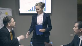 Ο θηλυκός προϊστάμενος έρχεται στη συνεδρίαση και χαιρετά τους συναδέλφους φιλμ μικρού μήκους