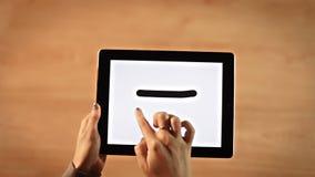 Ο θηλυκός σχεδιασμός χεριών τοπ άποψης είναι ίσος με το σύμβολο στην ψηφιακή ταμπλέτα φιλμ μικρού μήκους