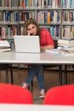 Ο θηλυκός φοιτητής πανεπιστημίου τόνισε για την εργασία της Στοκ φωτογραφίες με δικαίωμα ελεύθερης χρήσης