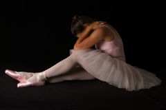 Ο θηλυκός χορευτής κάθεται στο πάτωμα λυπημένος στο tutu Στοκ Φωτογραφία