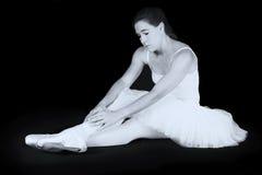 Ο θηλυκός χορευτής κάθεται στο πάτωμα λυπημένος στοκ εικόνα