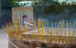 Ο θιασώτης προσφέρει το θυμίαμα σε Tian Tan Βούδας (ο μεγάλος Βούδας) Στοκ Φωτογραφία