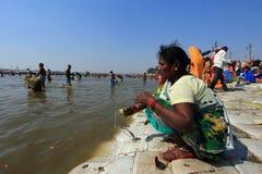 Ο θιασώτης AA παίρνει το λουτρό στον ποταμό κατά τη διάρκεια του Kumbh Mela στοκ φωτογραφίες με δικαίωμα ελεύθερης χρήσης