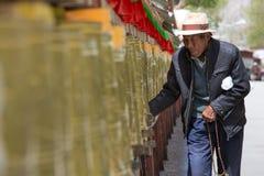Ο θιβετιανός προσκυνητής περιβάλλει το παλάτι Potala σε Lhasa Στοκ εικόνα με δικαίωμα ελεύθερης χρήσης