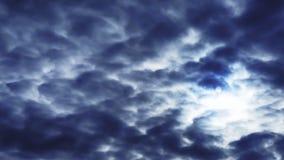 Ο θλιβερός ουρανός ο ήλιος μέσω των σύννεφων φιλμ μικρού μήκους