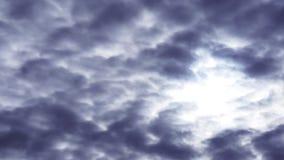 Ο θλιβερός ουρανός ο ήλιος μέσω των σύννεφων απόθεμα βίντεο