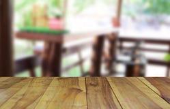 Ο θολωμένος ξύλινος πίνακας εικόνας και η καρέκλα και ο πίνακας θέτοντας επάνω Στοκ Φωτογραφία