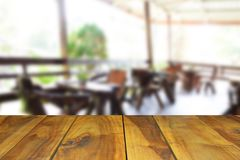 Ο θολωμένος ξύλινος πίνακας εικόνας και η καρέκλα και ο πίνακας θέτοντας επάνω Στοκ Εικόνα