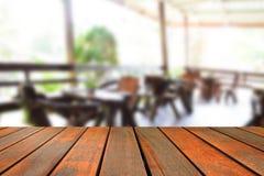 Ο θολωμένος ξύλινος πίνακας εικόνας και η καρέκλα και ο πίνακας θέτοντας επάνω Στοκ φωτογραφίες με δικαίωμα ελεύθερης χρήσης