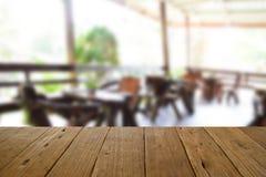 Ο θολωμένος ξύλινος πίνακας εικόνας και η καρέκλα και ο πίνακας θέτοντας επάνω Στοκ Εικόνες