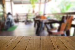 Ο θολωμένος ξύλινος πίνακας εικόνας και η καρέκλα και ο πίνακας θέτοντας επάνω Στοκ εικόνα με δικαίωμα ελεύθερης χρήσης