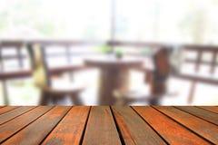 Ο θολωμένος ξύλινος πίνακας εικόνας και η καρέκλα και ο πίνακας θέτοντας επάνω Στοκ εικόνες με δικαίωμα ελεύθερης χρήσης